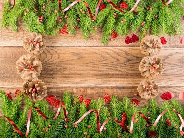 Fundo de natal com galhos de pinheiro na mesa de madeira