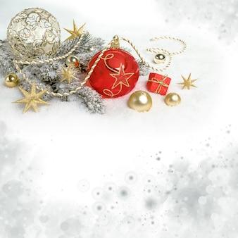 Fundo de natal com galhos decorados de árvore de natal na neve