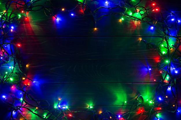 Fundo de natal com luzes e espaço de texto livre. luzes de natal. luzes de natal coloridas brilhantes. ano novo. festão.