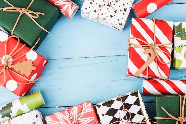 Fundo de natal com moldura de caixas de presente, preparação para férias. vista do topo