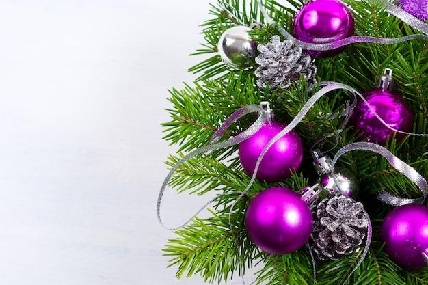 Fundo de natal com ornamento roxo, copie o espaço.