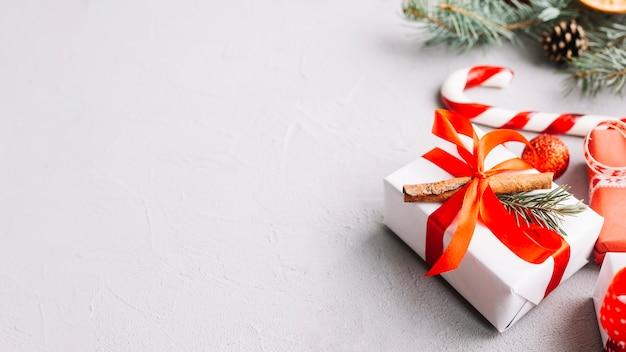 Fundo de natal com presente e bastão de doces
