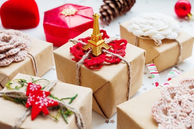 Fundo de natal com presentes e decorações. símbolo de paris e frança - torre eiffel.