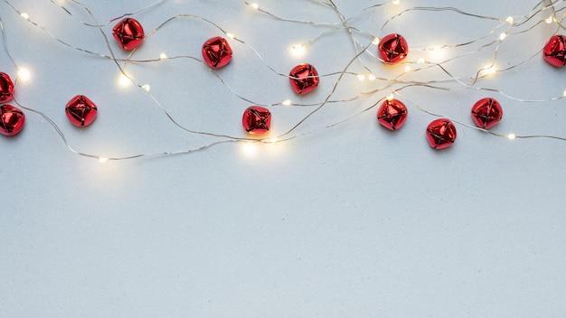 Fundo de natal com sinos e luzes vermelhas