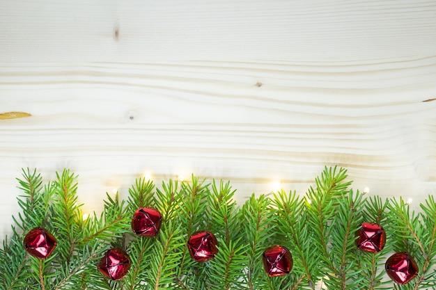 Fundo de natal com sinos vermelhos e madeira
