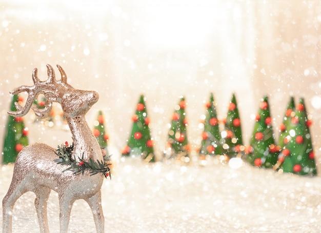 Fundo de natal com veados, árvores de natal e copyspace