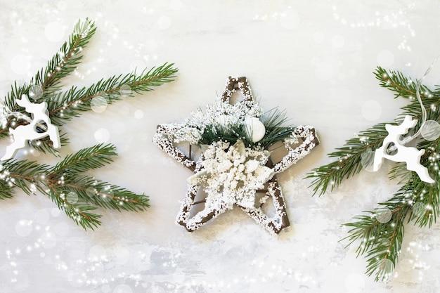 Fundo de natal de inverno com galhos de pinheiro com efeito bokeh de luz. vista do topo. espaço livre para seu texto.
