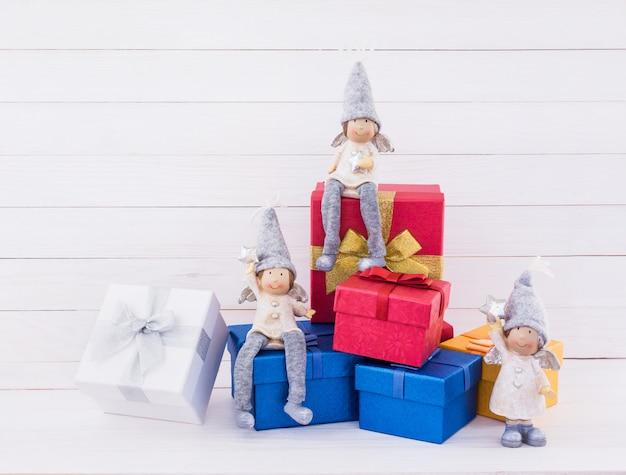 Fundo de natal. decoração de natal com caixas de presente vermelhas e azuis
