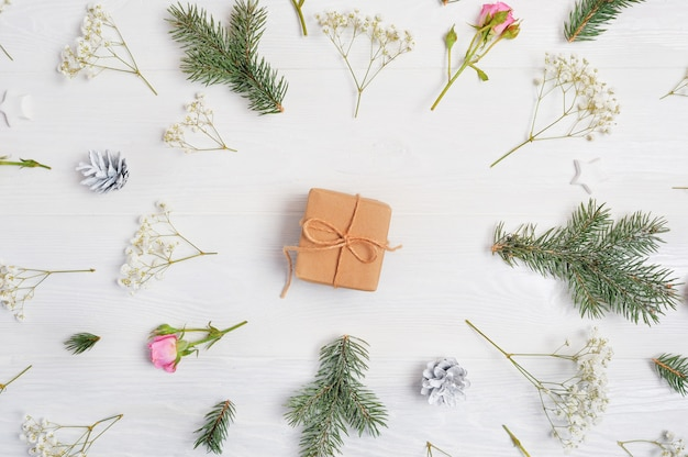 Fundo de natal decorado com presente no centro e elementos de natal