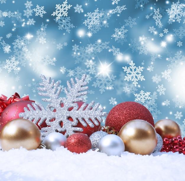 Fundo de natal decorativa com as decorações na neve