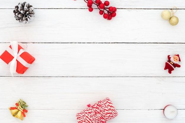 Fundo de natal e ano novo. quadro feito de decoração de natal no fundo de madeira branca. layout plano criativo e composição de vista superior