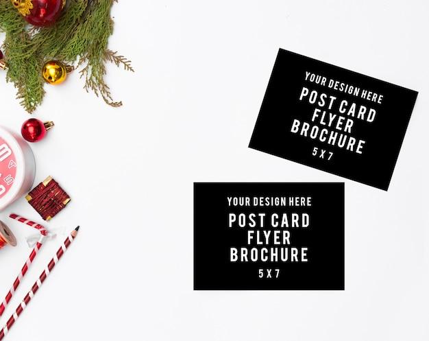 Fundo de natal elegante. cartão em branco, com presentes e decorações, vista de cima, copie o espaço