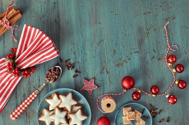 Fundo de natal em vermelho e branco em madeira turquesa rústica