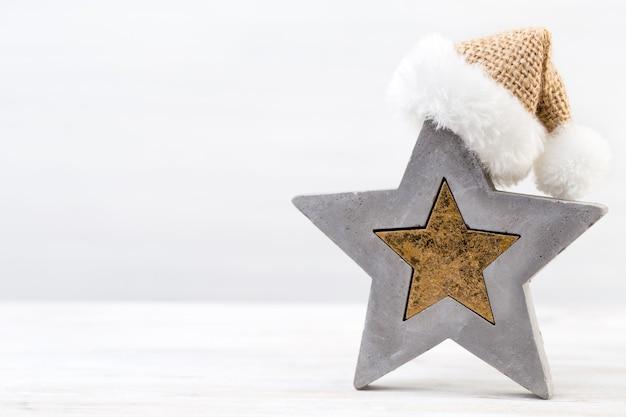 Fundo de natal. estrela de natal e chapéu de papai noel. cartão de felicitações.
