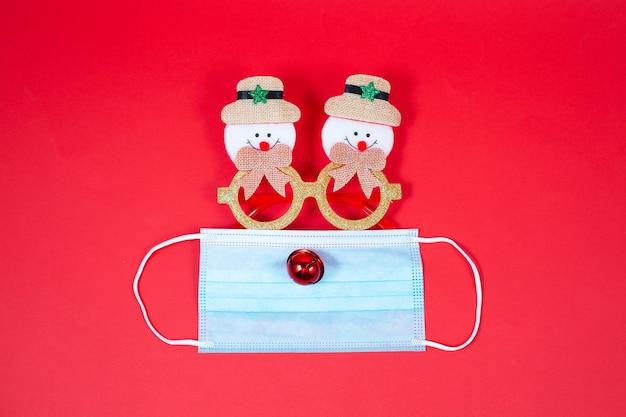 Fundo de natal festivo com máscara facial e óculos engraçados.