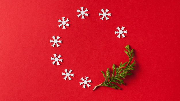 Fundo de natal, fundo vermelho de ano novo com flocos de neve brancos