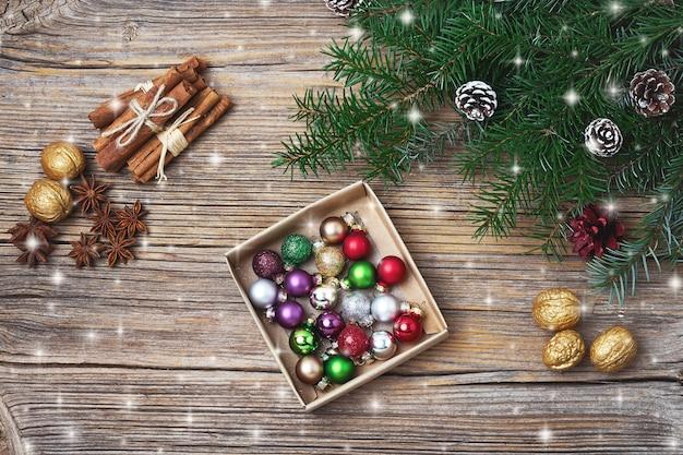 Fundo de natal. galho de árvore do abeto de natal com decoração. copyspace, vista superior, tonificado