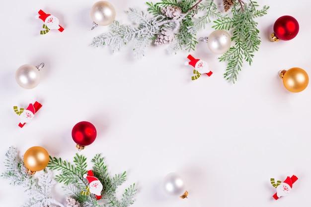 Fundo de natal. galho de árvore do abeto de natal com papai noel e bolas. copyspace, vista superior