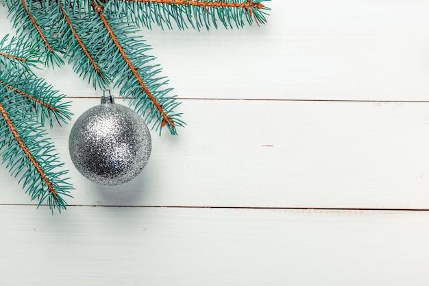 Fundo de natal, galhos de pinheiro com decoração e copyspace
