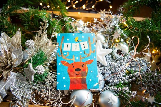 Fundo de natal. lindo cartão com um cervo - inscrição de alegria.