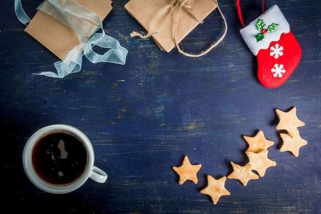 Fundo de natal: mesa de madeira com enfeites