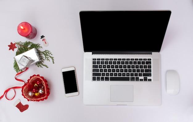 Fundo de natal ou ano novo macbook laptop iphone smartphone