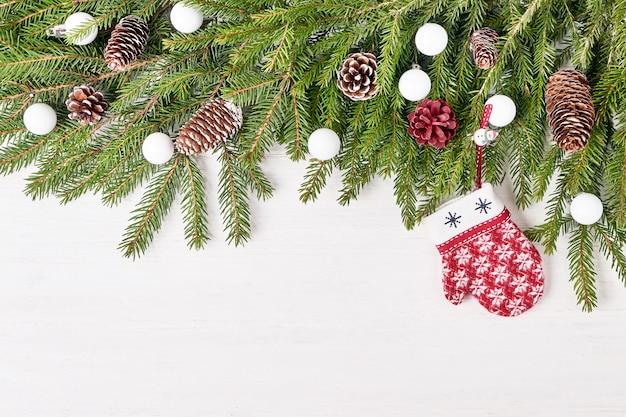 Fundo de natal. ramos de abeto de natal com decoração. copyspace