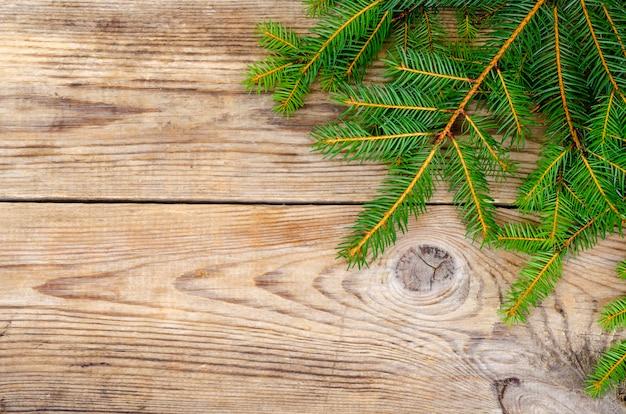 Fundo de natal, ramos de abeto na superfície de madeira