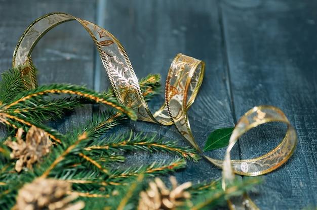 Fundo de natal. ramos e cones spruce em um fundo de madeira escuro - vista superior.
