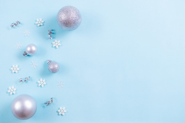 Fundo de natal. vista superior da bola de natal com flocos de neve em pastel azul claro