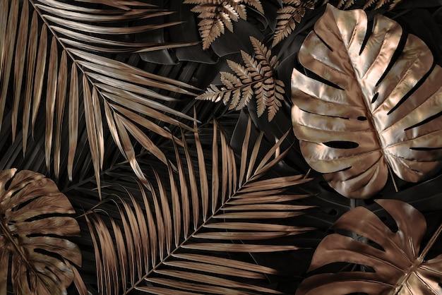 Fundo de natureza criativa verde e dourado tropical monstera e folhas de palmeira abstrato mínimo de verão