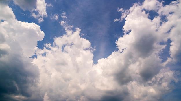 Fundo de natureza das nuvens com o céu azul claro