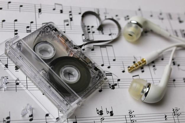 Fundo de notas e fones de ouvido