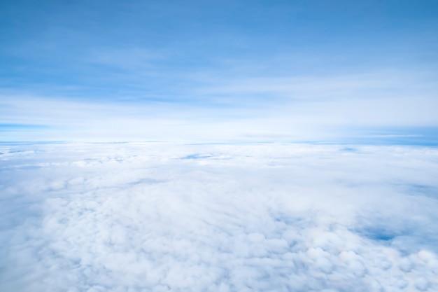 Fundo de nuvens brancas do céu.