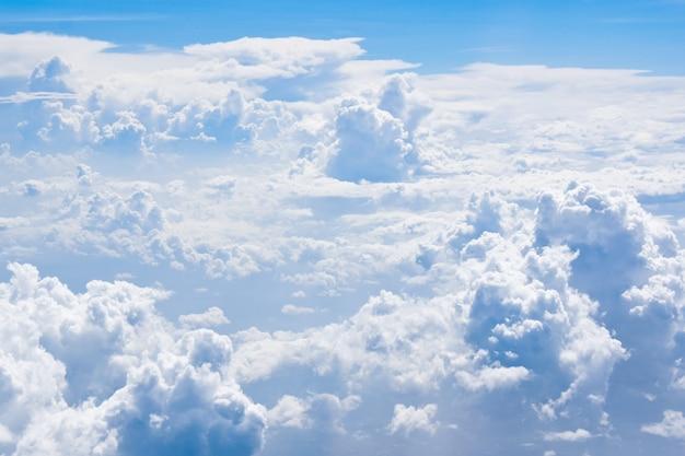 Fundo de nuvens e céu acima