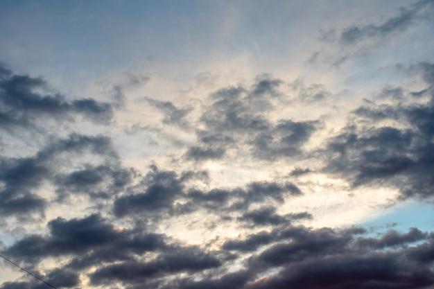 Fundo de nuvens escuras no céu