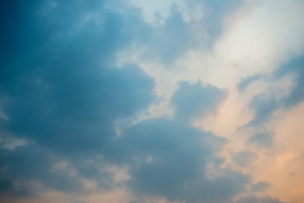 Fundo de nuvens escuras, nuvens escuras ao pôr do sol.