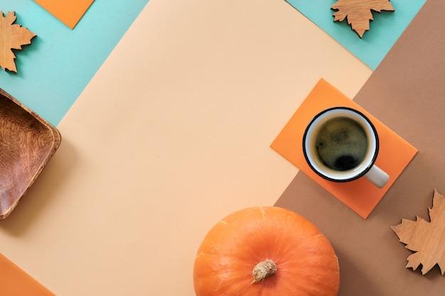 Fundo de outono, café e decorações em fundo de papel geométrico com cópia-espaço