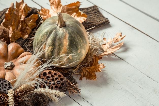 Fundo de outono com artigos decorativos e abóbora.