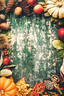 Fundo de outono com frutas da estação, vegetais e folhas