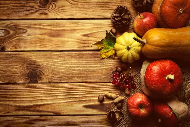 Fundo de outono com frutas na mesa de madeira