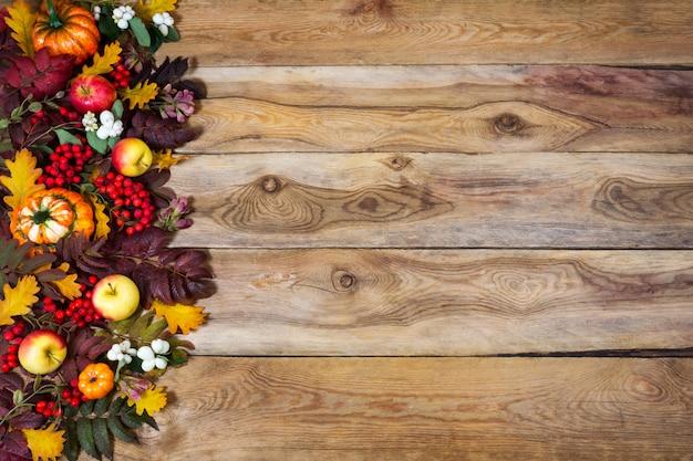 Fundo de outono com rowan e folhas de carvalho, abóboras, maçãs, copie o espaço