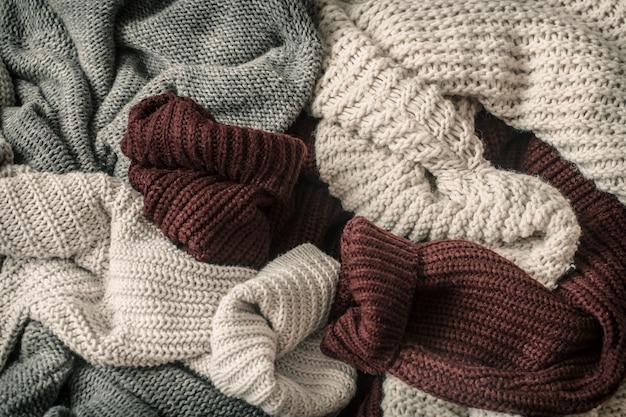 Fundo de outono com suéteres aconchegantes