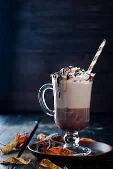 Fundo de outono com xícara de café quente