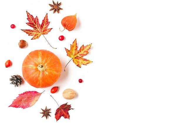 Fundo de outono ou ação de graças com folhas de outono, flores, abóboras e nozes