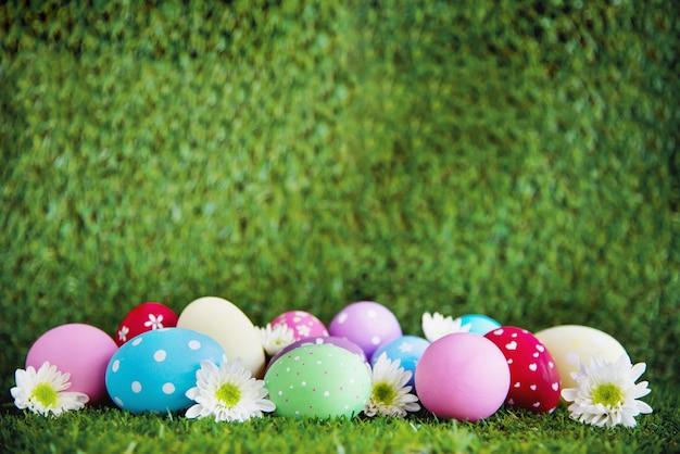 Fundo de ovos de páscoa coloridos pintados - conceito de fundo de celebração de feriado de páscoa