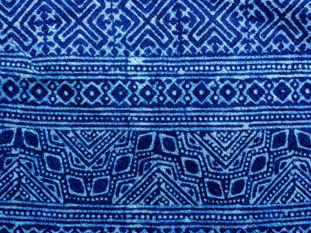Fundo de padrão de corante de gravata de tecido azul índigo. textura de tecido tingido de índigo com padrão de motivo gráfico étnico abstrato.