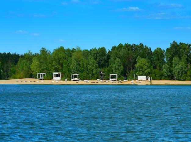 Fundo de paisagem de praia fluvial de verão