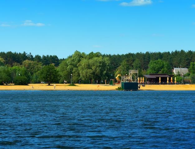 Fundo de paisagem de praia fluvial russa