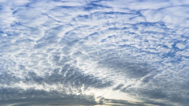 Fundo de panorama de natureza macia branca nublado e céu azul